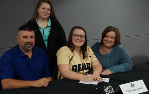 Dunsmore signs with the Mott Bears to play softball