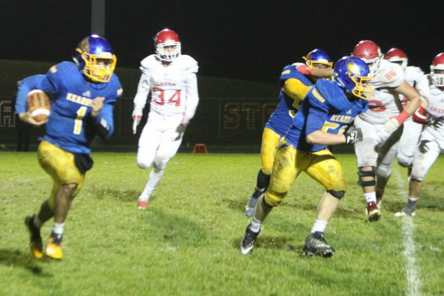 Sophomore Braylon Silvas (No. 1) sweeps to the outside during the third quarter of the homecoming game against Swartz Creek on Friday, Oct. 5.
