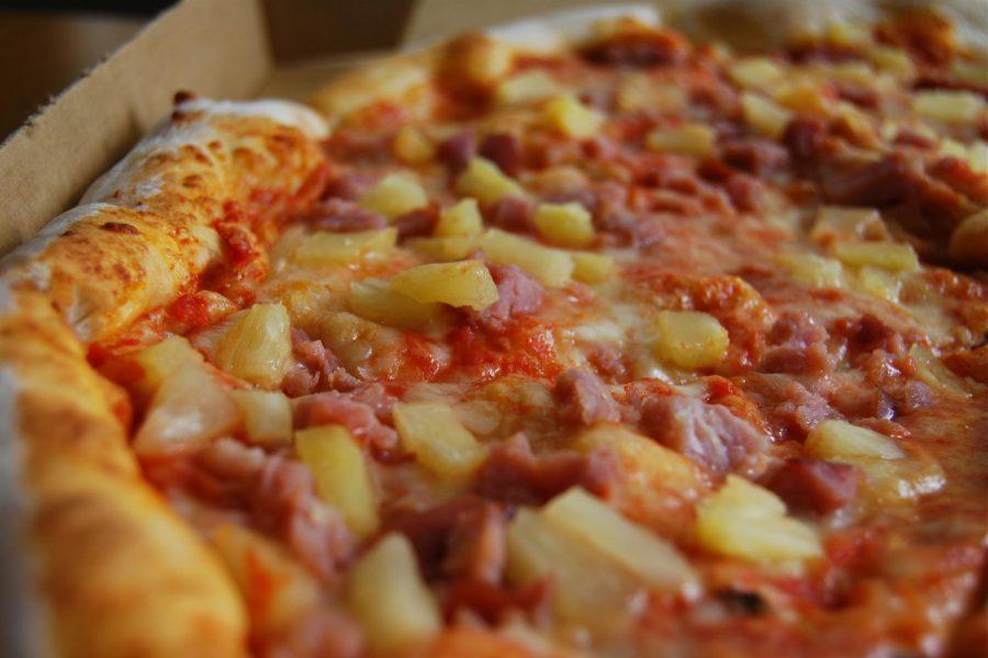 Hawaiian Pizza Full Resolution by Wikimedia Commons