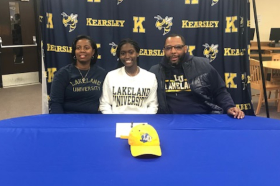 Senior+Sydney+Walker+%28center%29+poses+with+her+parents+after+signing+her+National+Letter+of+Intent+to+play+basketball+with+Lakeland+University+Friday%2C+Feb.+7.